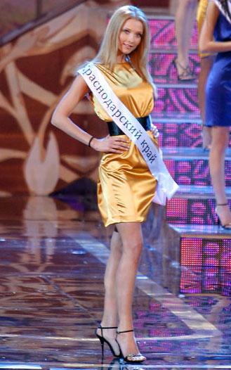 Svetlana Stepankovskaya trong đêm chung kết Miss Russia 2009. Cô có chiều cao 1,83 m. Ảnh: lenta.