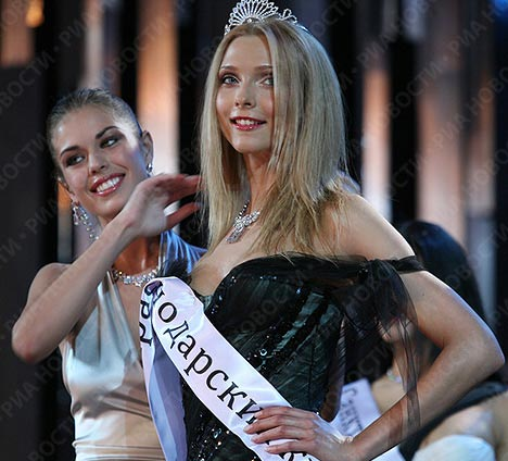 Svetlana được Á hậu Nga 2008 Vera Krasova trao dải băng Á hậu. Ảnh: Ria Novosti.